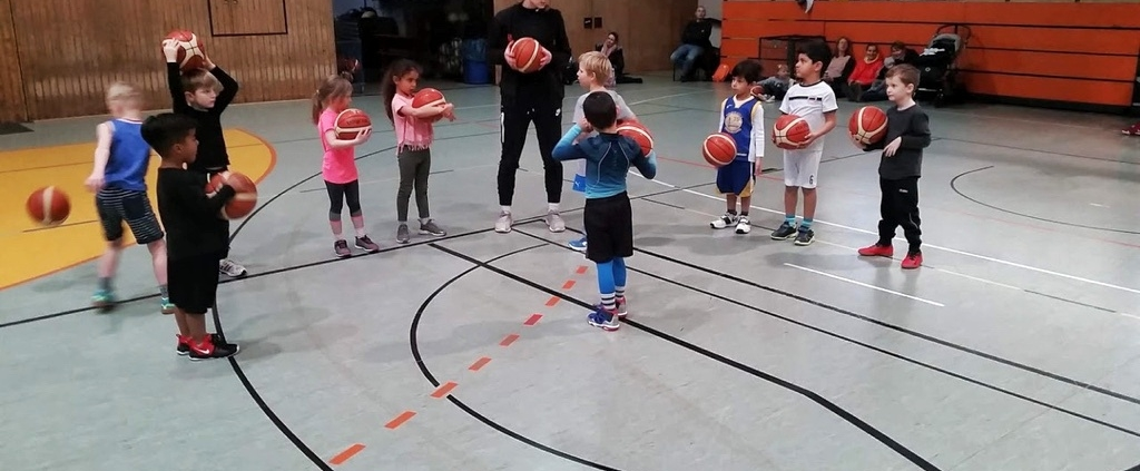Giräffchen spielen Basketball