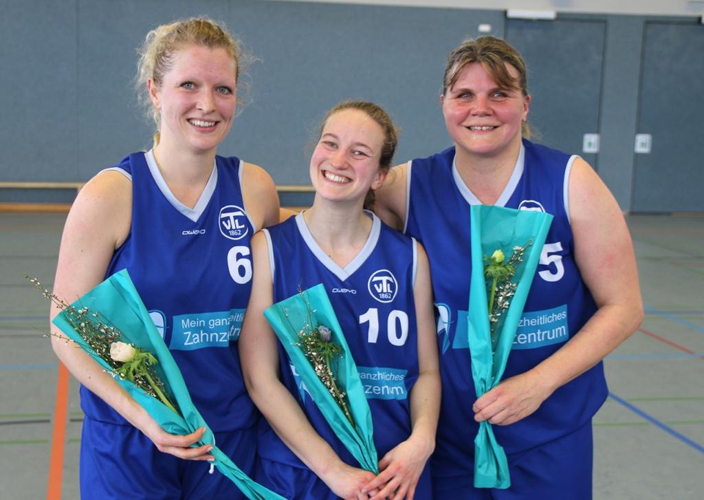 Letztes Spiel und Schuhe an den Nagel gehängt: Helga Lechte, Kathrin Merkel und Laura Kief (v.r.n.l.)
