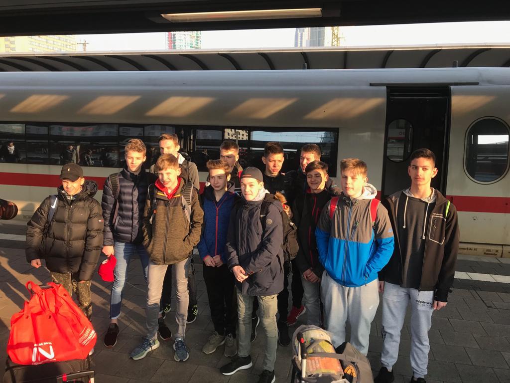Die U16-Jungen kurz vor der Abfahrt im Frankfurter Bahnhof