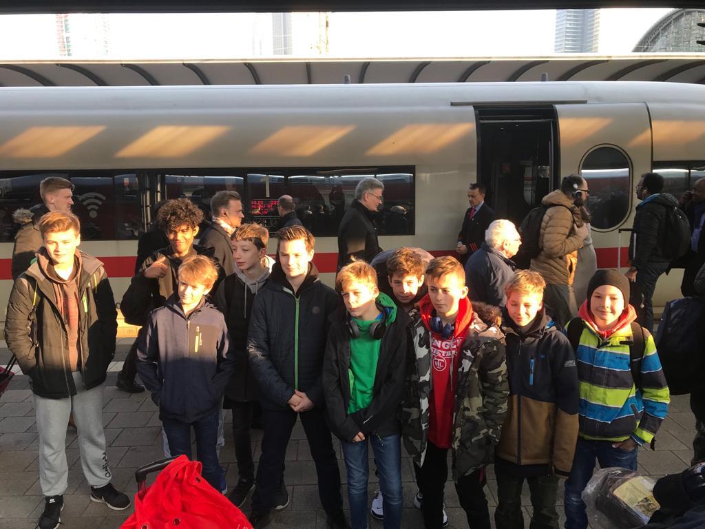 Die U13-Jungen kurz vor der Abfahrt im Frankfurter Bahnhof