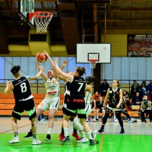 Paula Süssmann - hier erfolgreich beim Rebound - hat in Hofheim ein Heimspiel !